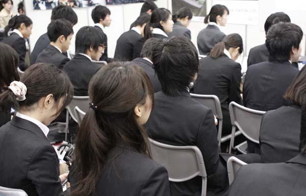 """高学歴だからといって""""できる新人""""とは限らない(C)日刊ゲンダイ"""