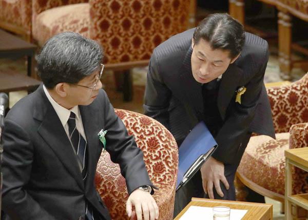 佐川氏は補佐人の熊田弁護士(右)にたびたびヘルプ要請/(C)日刊ゲンダイ