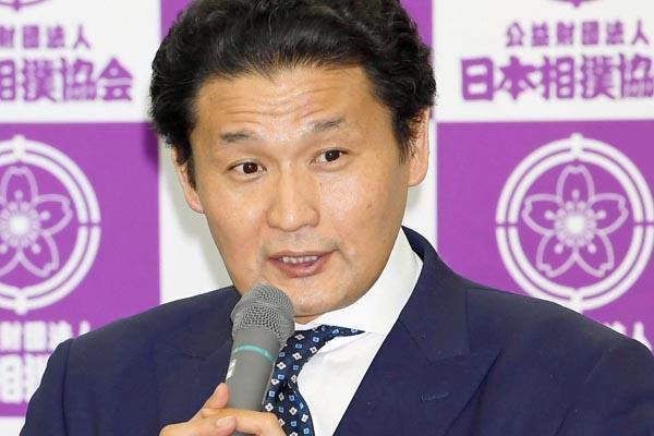 28日の臨時年寄総会を終えて記者会見する貴乃花親方(C)共同通信社