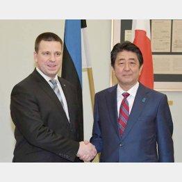安倍首相とエストニアのラタス首相(C)共同通信社