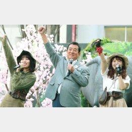 (左から)川後陽菜、加山雄三、斉藤優里(C)日刊ゲンダイ