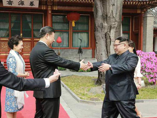 労働新聞が28日掲載した2人の握手(C)コリアメディア=共同