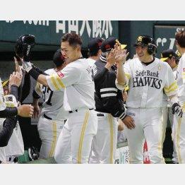 逆転満塁本塁打を放ち、ナインの祝福に笑顔のソフトバンク・中村(手前左、右は二走内川)(C)共同通信社