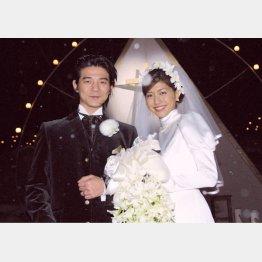 「2002遺言」での共演をきっかけに結婚した吉岡秀隆と内田有紀(02年12月)/(C)共同通信社