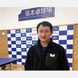 張本の父・宇さん(16年に設立した張本卓球場で)/(提供写真)