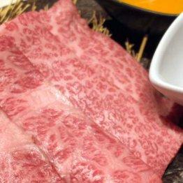 ビールを飲みマッサージを受ける松阪牛
