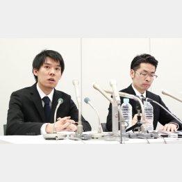 謝罪するコインチェックの和田社長(左)/(C)共同通信社