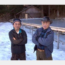 右が山本雄一郎氏(左は息子の仁一郎氏。氷池の奥に見えるのが氷室)(C)日刊ゲンダイ