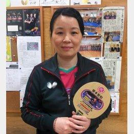 張本が小6時に年代別6連覇をしたときの記念ラケットを持つ母の凌さん(提供写真)