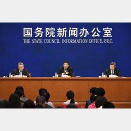 北京で記者会見する中国の朱光耀財政次官(中央)と王受文商務次官(右)(C)共同通信社