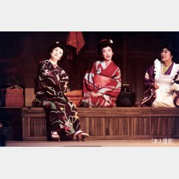 舞台「放浪記」、故森光子さん(左)と/(提供写真)