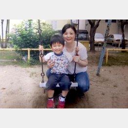 自宅近くの講演で母・凌さんと(2歳時の張本)/(提供写真)
