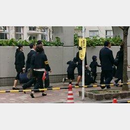 道路規制に警備まで(C)日刊ゲンダイ