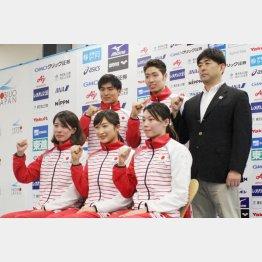 平井HC(右)と池江(前列中央)ら日本代表の面々/(C)日刊ゲンダイ