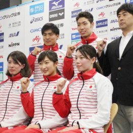 平井HC(右)と池江(前列中央)ら日本代表の面々