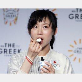 ヨーグルトの試食では「食リポ」も披露/(C)日刊ゲンダイ