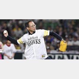 10日、ソフトバンクの始球式に登場した岡田氏(C)共同通信社