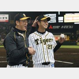 初登板勝利を挙げ、金本監督(左)に祝福される高橋遥/(C)共同通信社