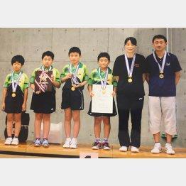 仙台ジュニアクラブの仲間たちと(右から宇さん、凌さん、1人おいて張本)/(提供写真)