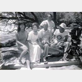マウイ島のロケ現場で。前列左から石田えり、加藤治子、笠智衆、実相寺監督。後ろで立っているのが倉本氏(実相寺昭雄研究会提供)