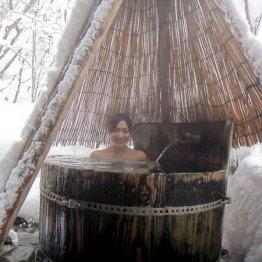 """雰囲気も抜群…青森・青荷温泉""""ランプの宿""""の小さな桶風呂"""