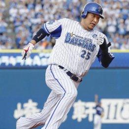 宮崎の2点二塁打で三塁を回る筒香
