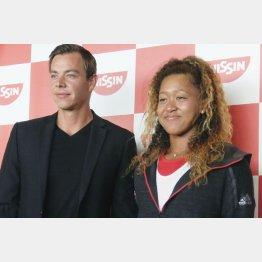 取材に応じる大坂なおみ(右)とコーチのバイン氏(C)共同通信社