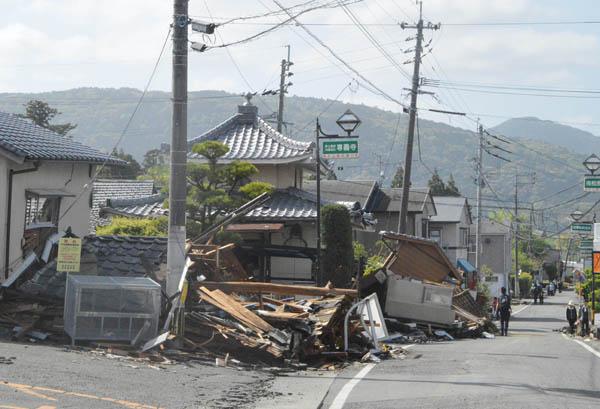 倒壊した熊本県益城町の家屋(C)日刊ゲンダイ