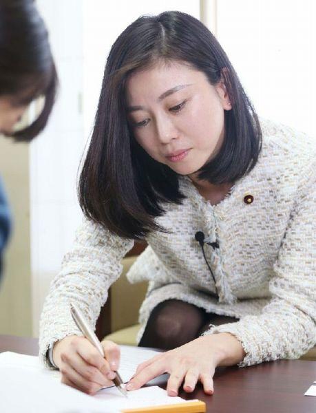 インタビューでは筆談も(C)日刊ゲンダイ