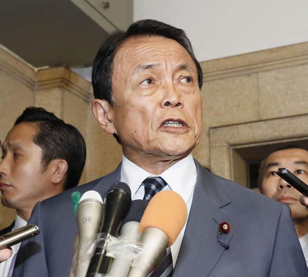 福田淳一事務次官の辞任を発表する麻生財務相(C)共同通信社
