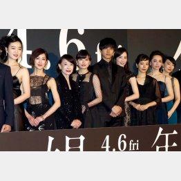 左から3番目が江波杏子(C)日刊ゲンダイ