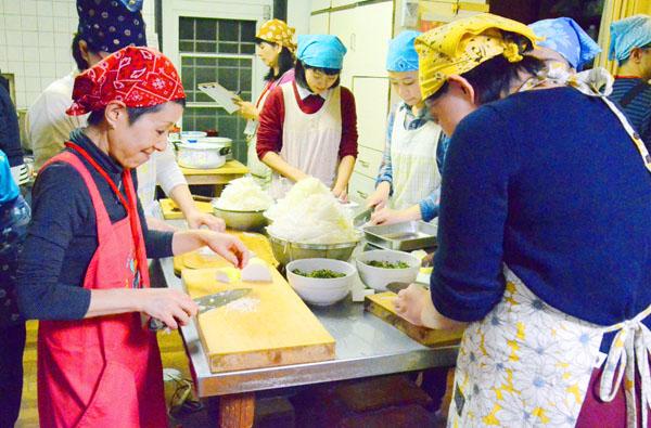 要町の会場では20人以上で食事の準備をする(C)共同通信社