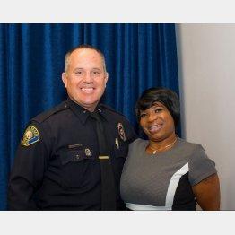 ティファニーさんの更生を手助けしたジム・フォスター警部補(左)(ロングビーチ市警のツイッターから)