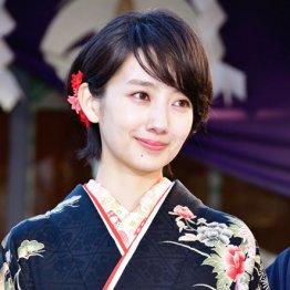 脇役の鈴木京香が主演の波瑠を食う?女性版「相棒」の試み