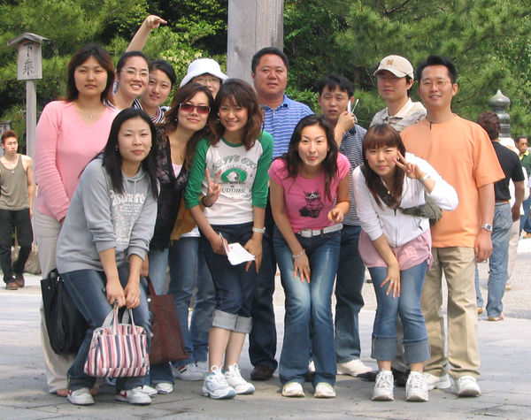 2005年の社員旅行(中央が李社長)/(提供写真)
