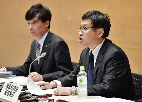 会見を開いたテレ朝の篠塚浩報道局長(右)/(C)共同通信社
