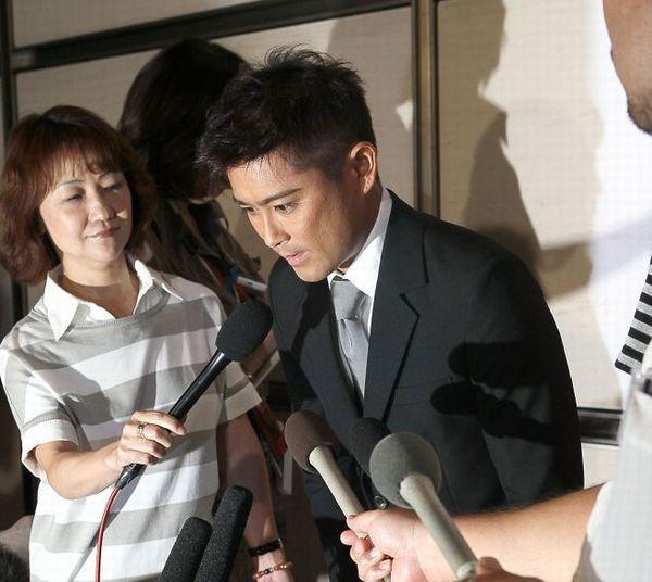 無免許運転で書類送検の過去も(2011年8月の謝罪会見)/(C)日刊ゲンダイ