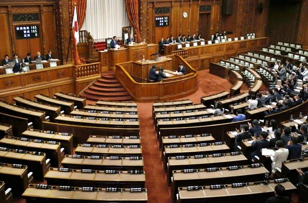 野党6党の審議拒否で参院本会議はガラガラ(C)共同通信社