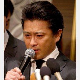 報道陣のマイクに囲まれる山口達也(C)日刊ゲンダイ