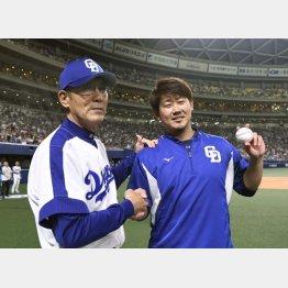 森監督(左)と握手し笑顔(C)共同通信社