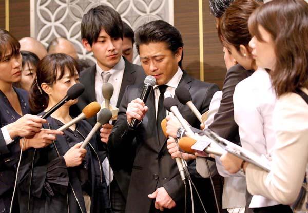 謝罪会見で報道陣に囲まれる山口達也(C)日刊ゲンダイ