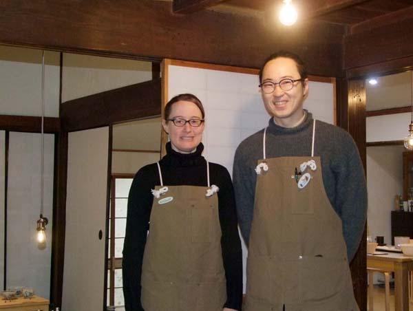 「スタジオワニ工房」の綿島夫妻(C)日刊ゲンダイ