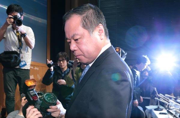 破産手続きの開始が決定し会見を開いた篠崎社長(C)日刊ゲンダイ