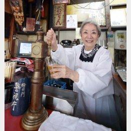 都内最古のサーバーでビールをつぐ澄子さん(C)日刊ゲンダイ