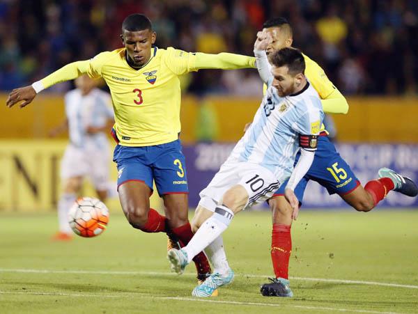 エクアドル戦で3点目を決めるアルゼンチンのメッシ(右)(ロイター=共同)