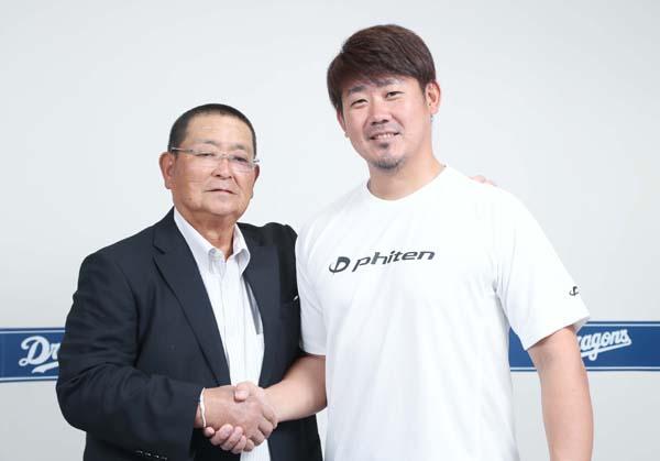 小倉清一郎氏(左)と松坂大輔(C)日刊ゲンダイ