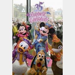 東京ディズニーランド開園35周年を祝うミッキーマウスなどの人気キャラクター(C)共同通信社