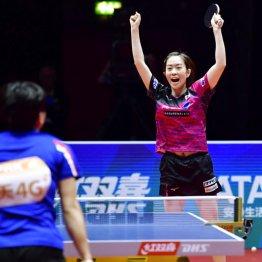 第2試合でキム・ソンイに競り勝ち跳び上がって喜ぶ石川佳純
