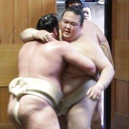 春日野部屋に出稽古して栃ノ心(左)と相撲を取る稀勢の里