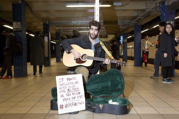 ギターケースの横にはメッセージが(ホープフル・ケーシズのフェイスブックから)